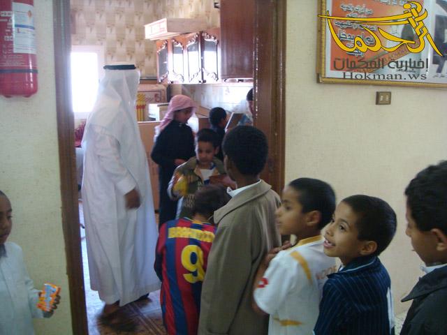 طلاب المدرسة في المقصف المدرسي